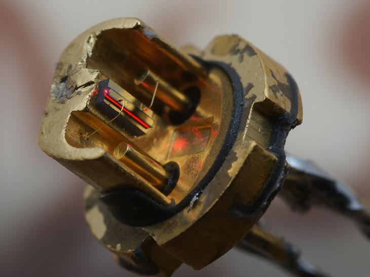 Устроены они сложно - это так называемые DPSS лазеры: Первый лазер, инфракрасный на 808nm...
